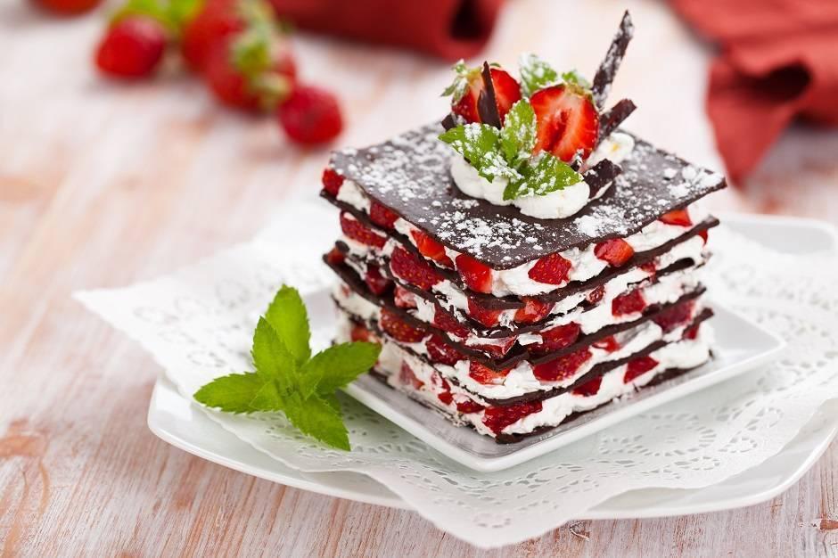 Millefoglie di cioccolato con fragole e panna