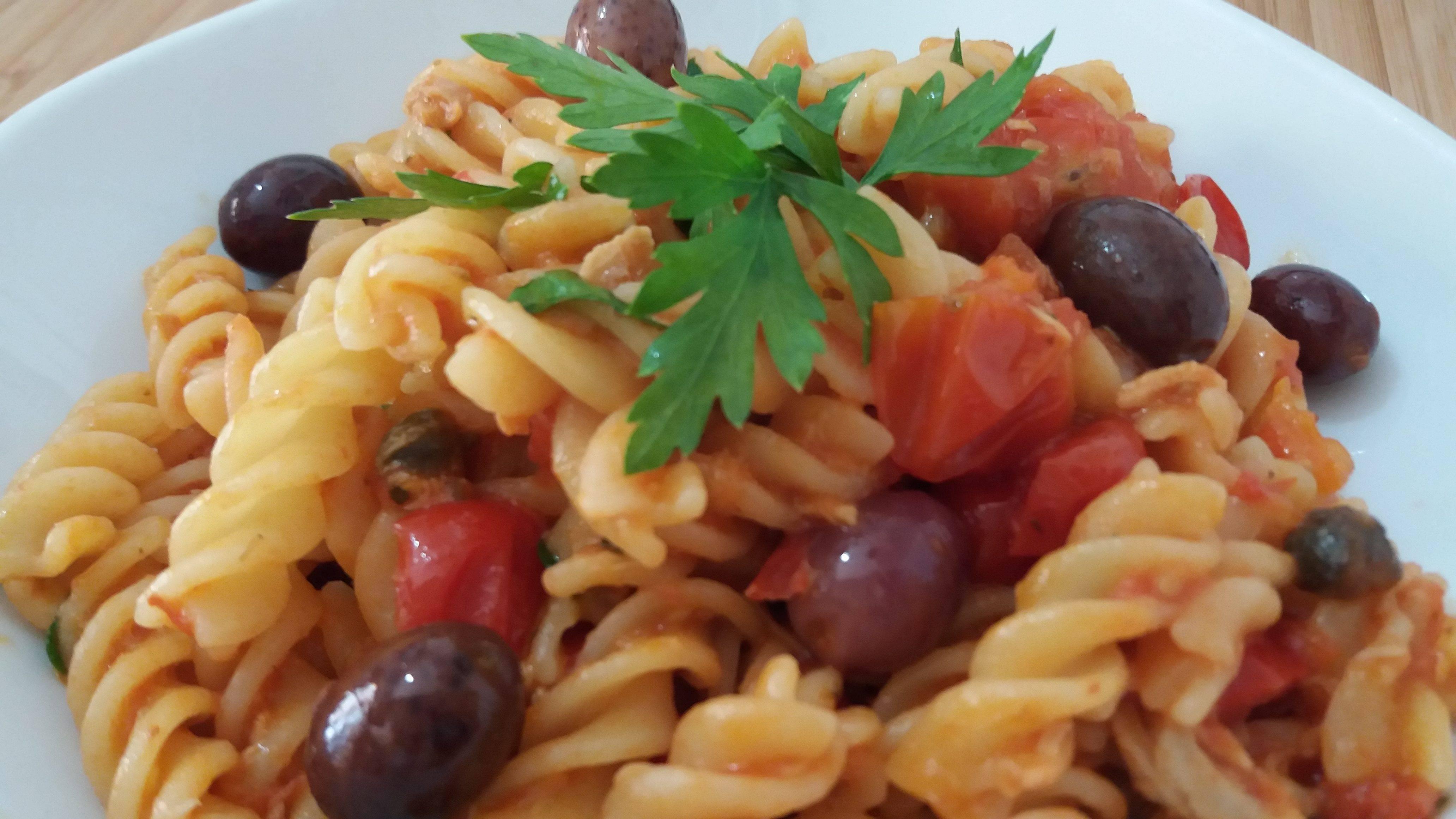 Fusilli con olive, pomodori e capperi