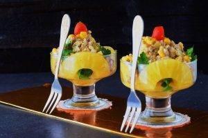 Insalata di pollo con ananas e funghi