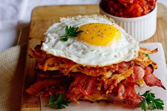 Patate arrosto con uova e speck