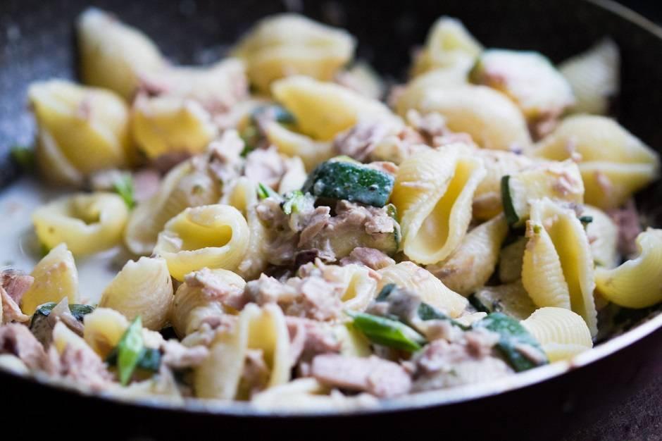 Pasta con tonno zucchine e limone