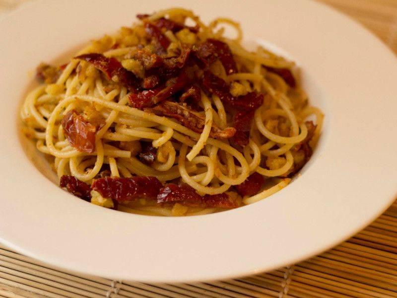 Spaghetti con pomodori secchi e pangrattato