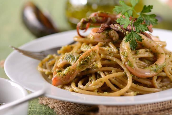 Spaghetti al pesto con calamari