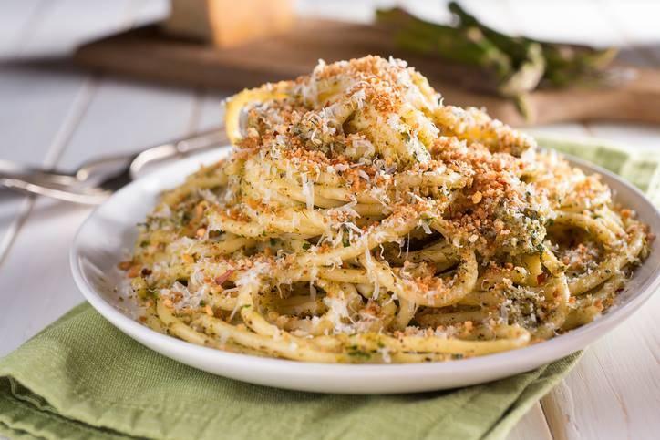 bucatini al pesto di asparagi e mollica