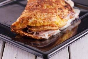 omelette con prosciutto e formaggio