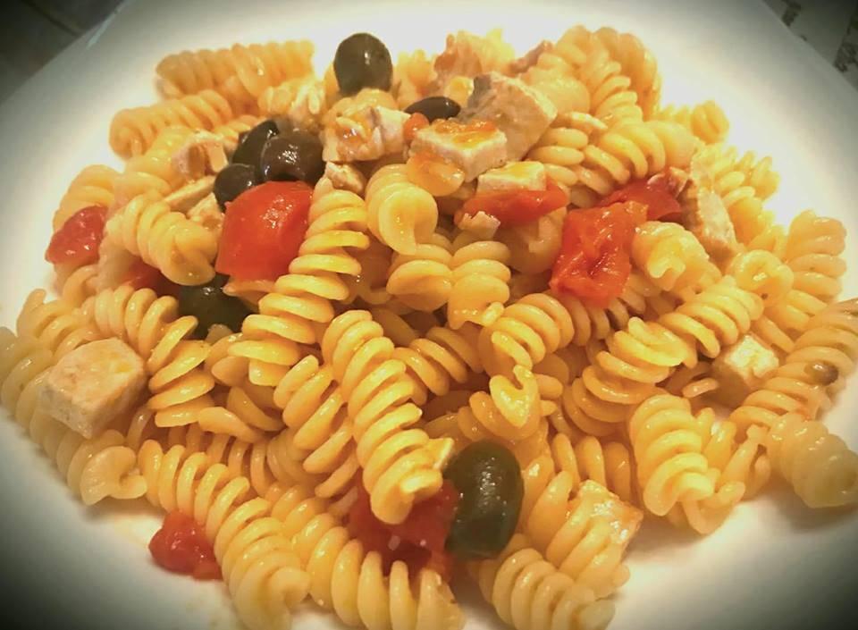Pasta con Tonno Fresco, Pomodorini ed Olive
