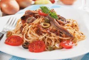Spaghetti con acciughe, olive e pomodorini