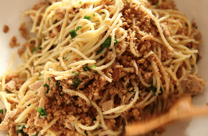 spaghetti al tonno, limone e mollica