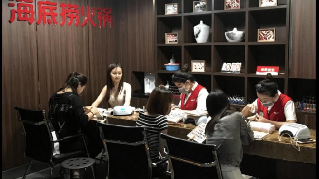 Cina, manicure in attesa del pranzo
