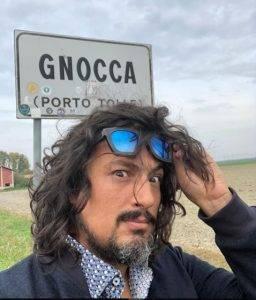 Alessandro Borghese si fa ritrarre sotto il cartello Gnocca