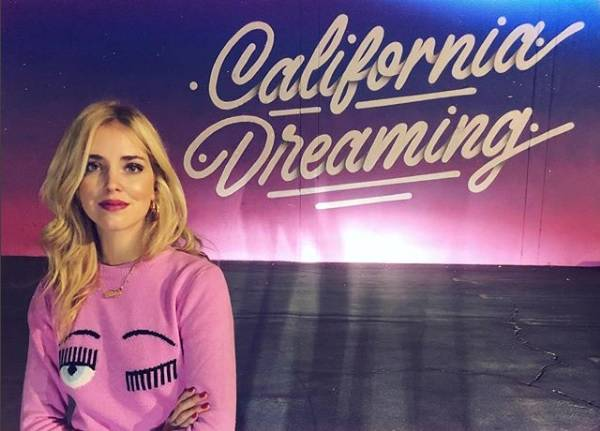 Chiara Ferragni ed il maglione della sua collezione - Instagram