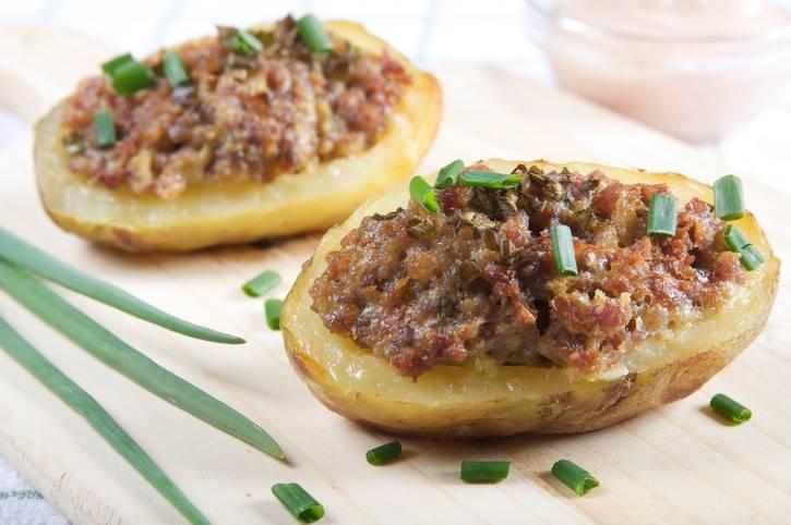 patate ripiene con salsiccia