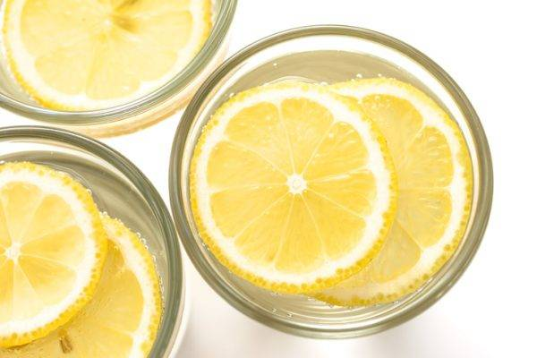 Acqua e limone, 10 ottimi motivi per assumerla