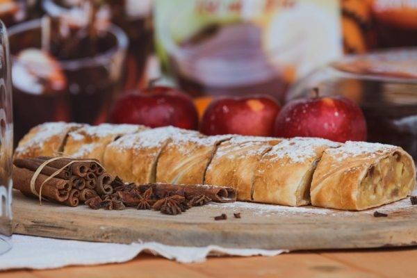 Rotolo in padella con mele, noci, zafferano e cannella