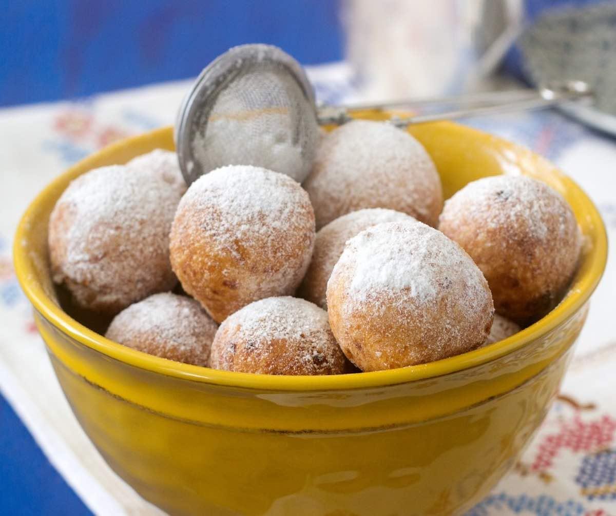 Castagnole di Mandorle con Gocce di Cioccolato e Limone