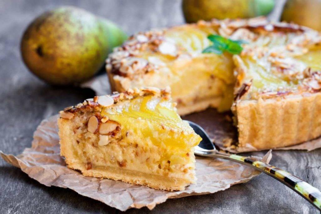 torta di frolla ripiena alle pere con crema e pinoli
