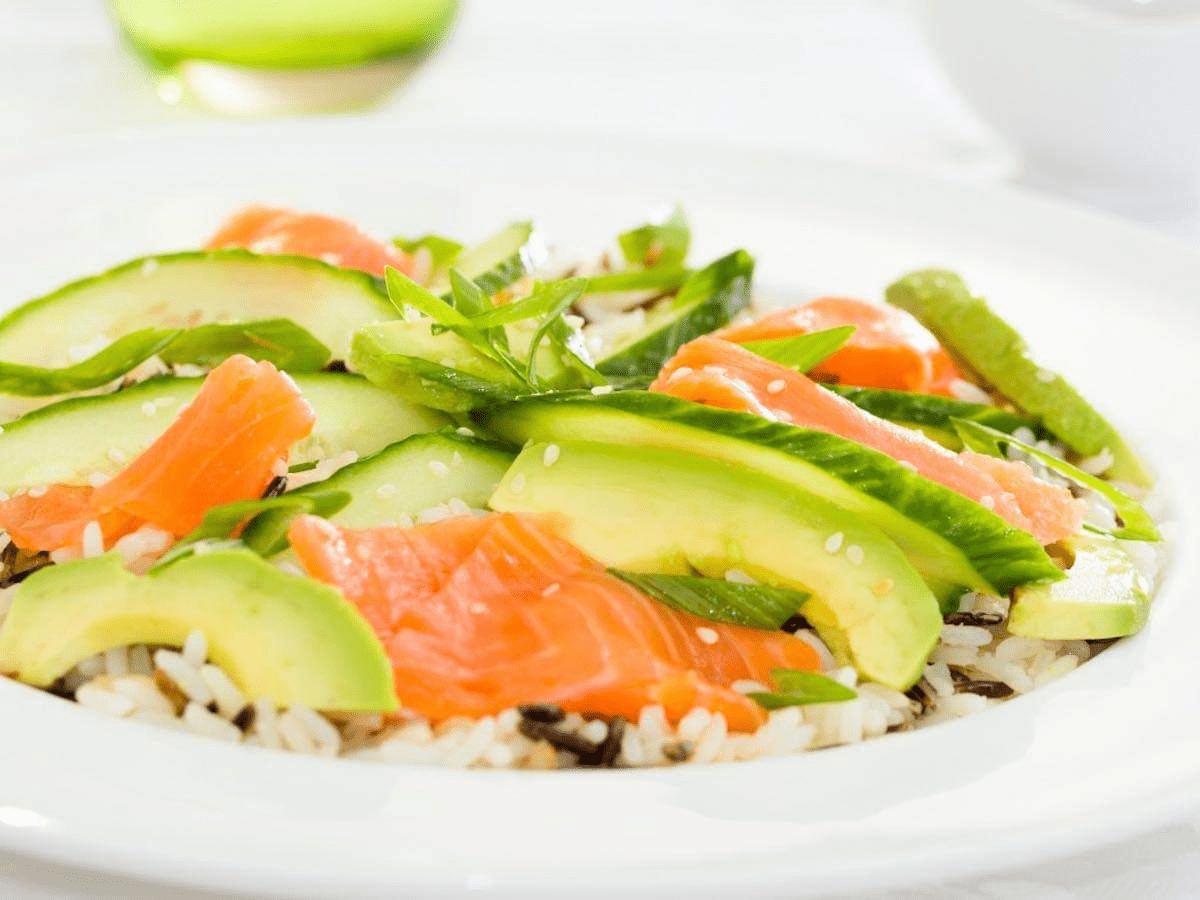 Riso all'insalata con salmone e zucchine