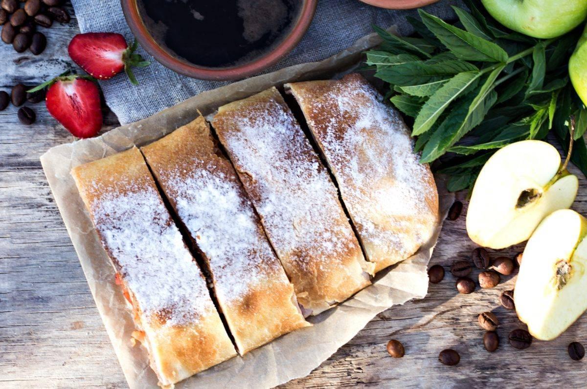 Rotolo biscotto ripieno di amaretti e marmellata - ricettasprint.it