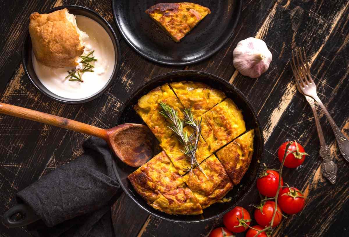 frittata di pane ammollato e pomodorini - ricettasprint.it