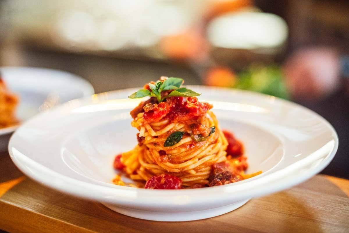 Spaghetti con mollica di pane e pomodori secchi - ricettasprint.it