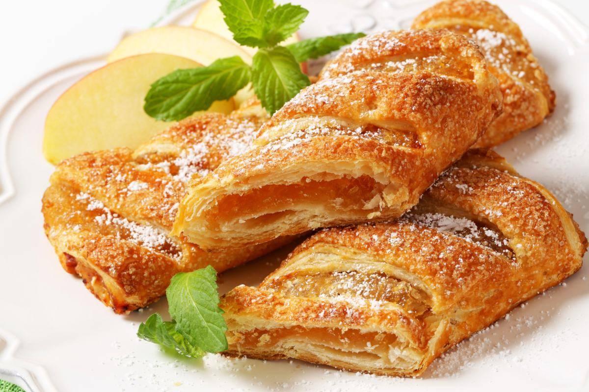 Fagottini di pasta sfoglia con mele e ricotta
