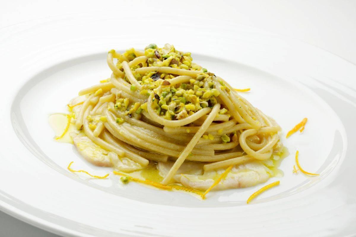 Spaghettoni al limone e pistacchi