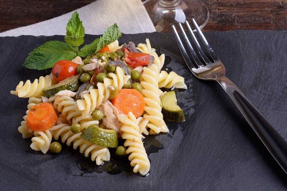 Pasta fredda con verdure, formaggi e salumi