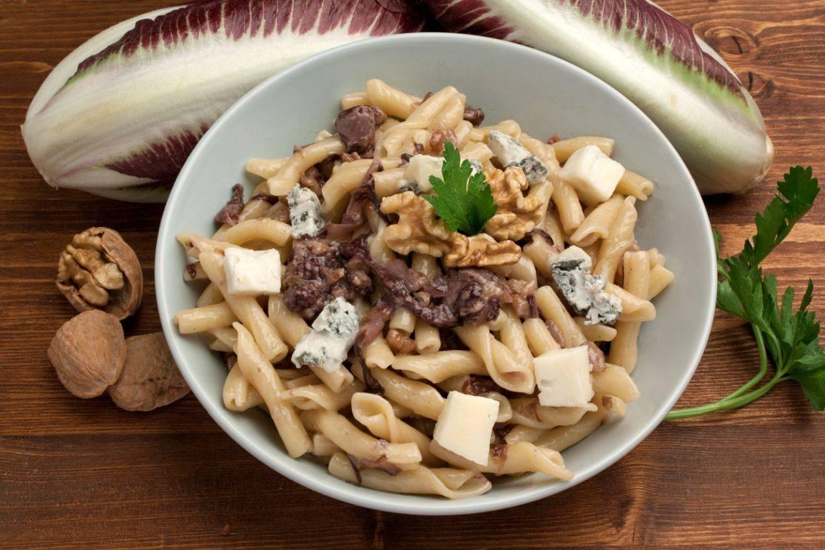 Pasta al radicchio rosso, scamorza affumicata con noci e gorgonzola