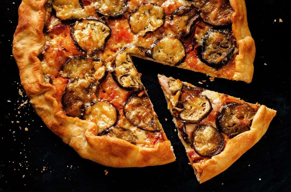 Pizza di pasta brisèe con la parmigiana di melanzane