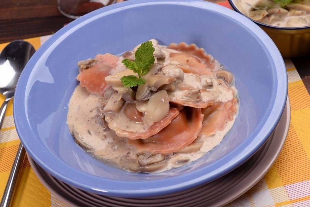 Ravioli con Crema di Radicchio, Ricotta e Funghi