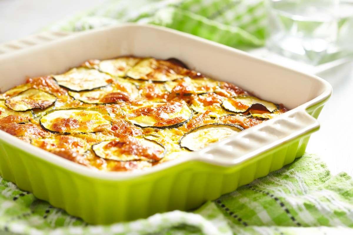 Parmigiana di zucchine al forno con prosciutto cotto