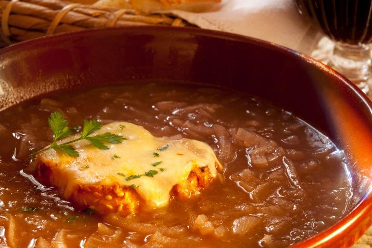 Zuppa di cipolle con bacche di ginepro