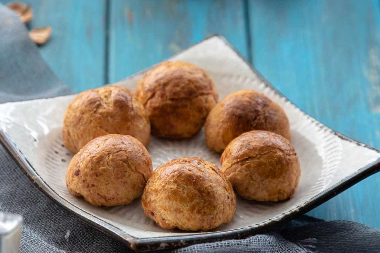 Biscotti ripieni di mele e marmellata