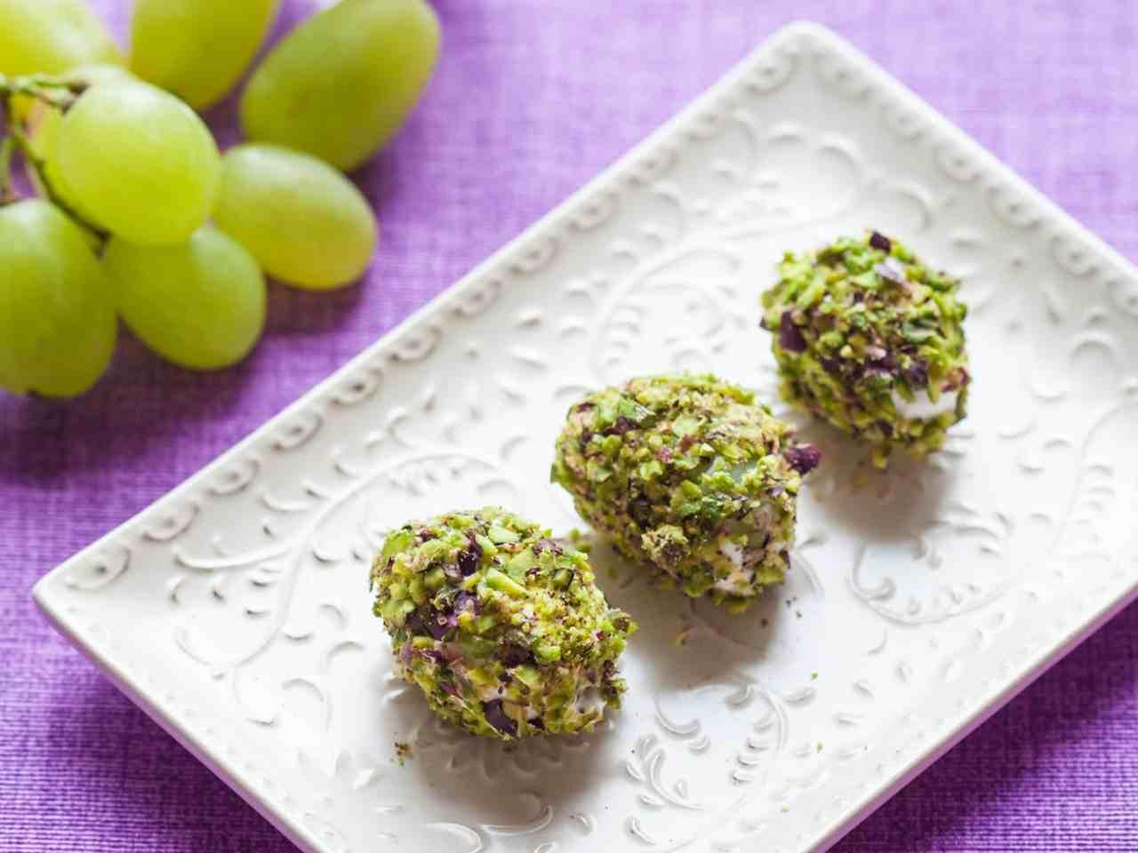 Bocconcini di uva al formaggio e pistacchi