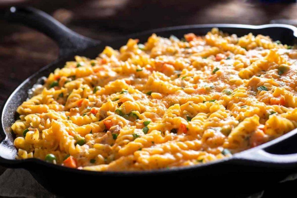 Pasta al forno bianca con salsiccia e piselli - ricettasprint.it