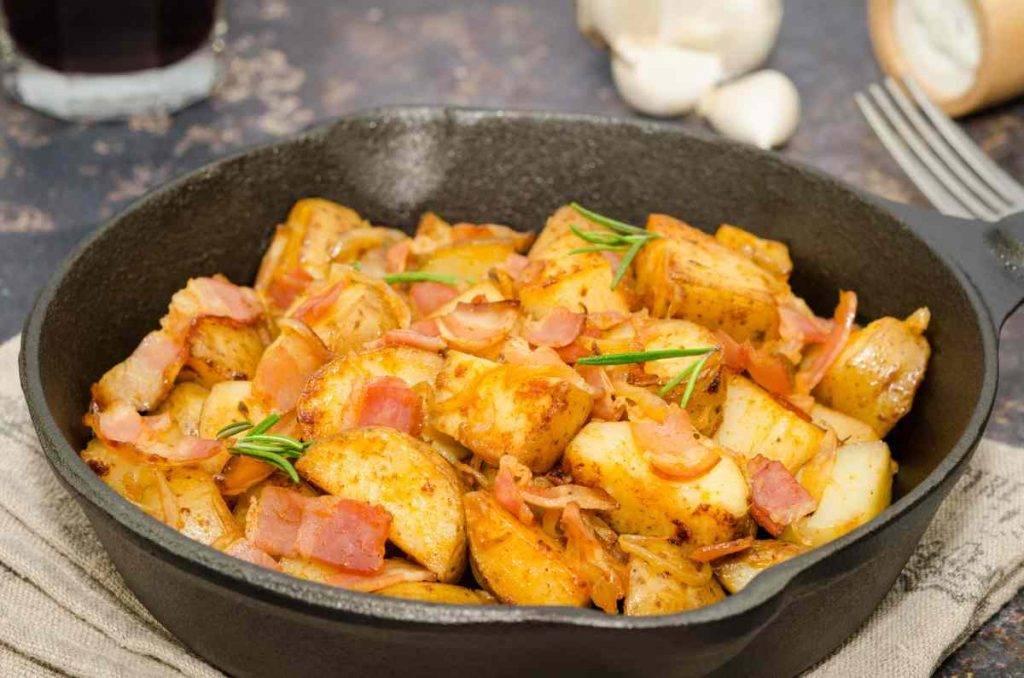 Patate saltate in padella con speck e cipolla - ricettasprint.it