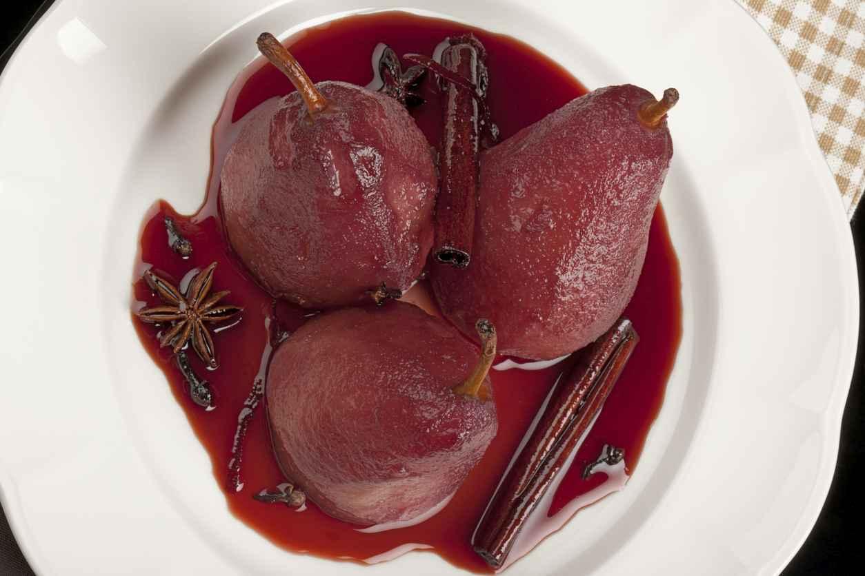 Pere al vino rosso con cannella e chiodi di garofalo