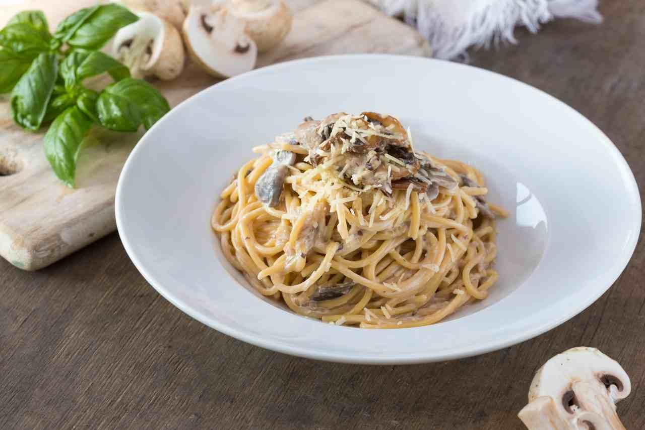 Spaghetti ai Funghi con salsa di Champignon e Pecorino.