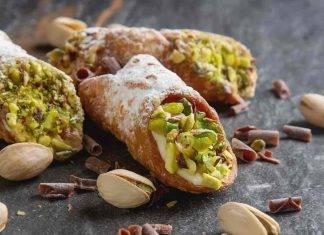 Cannoli siciliani con crema pasticcera e granella di pistacchi
