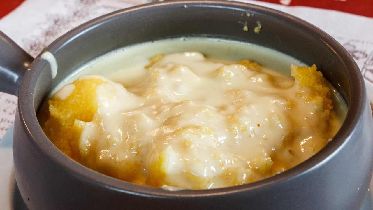 Polenta ai formaggi e salsiccia in bianco