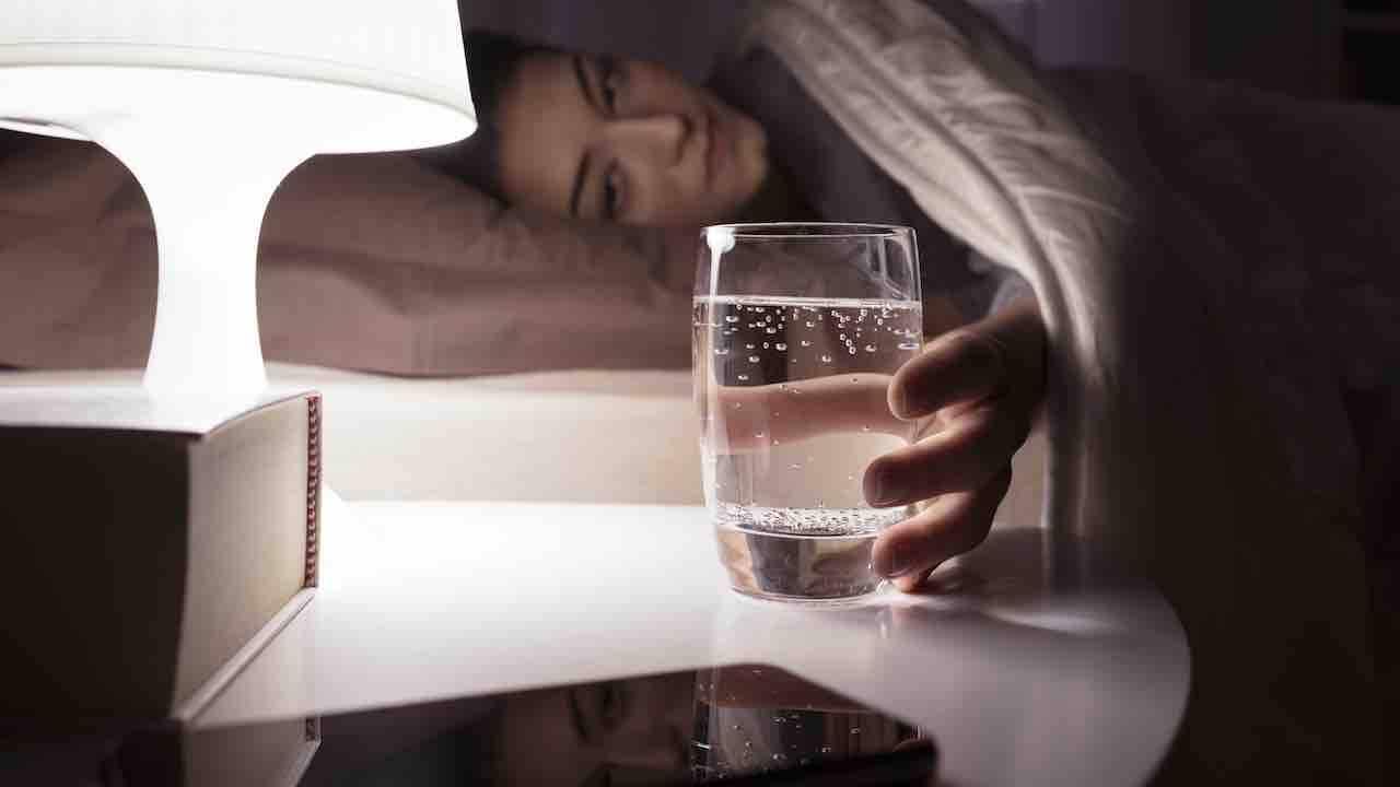 acqua frizzante prima di andare a dormire