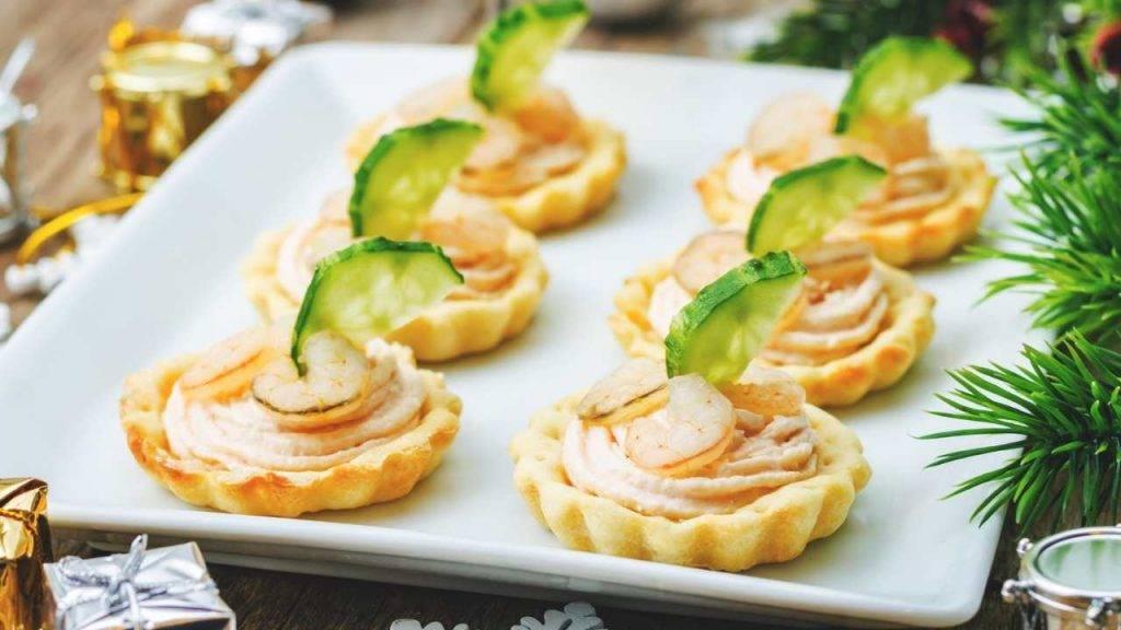 Cestini di pasta brise con gamberetti e insalata