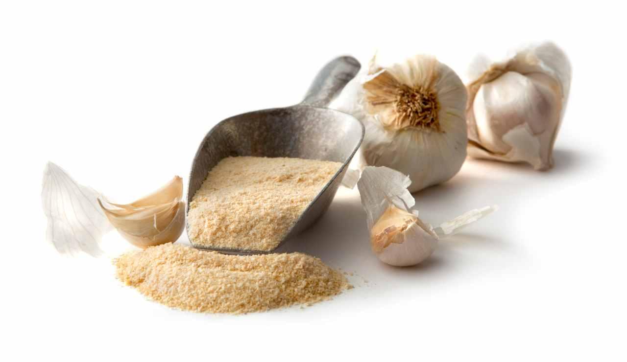 Frullare sale e aglio insieme - ricettasprint