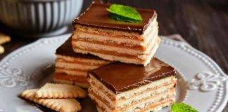Torta di biscotti con caramello e cioccolato