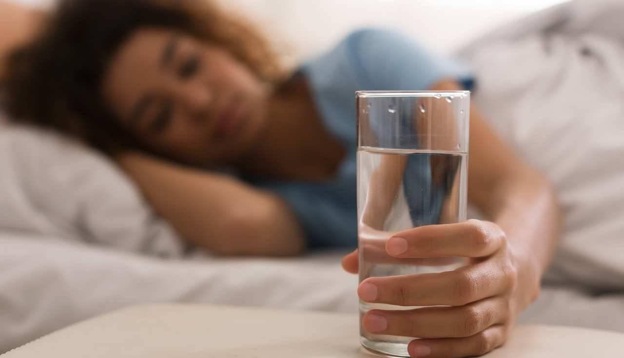 bere acqua prima dormire fa bene o no - ricettasprint