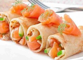 Involtini di crepes con salmone e caprino