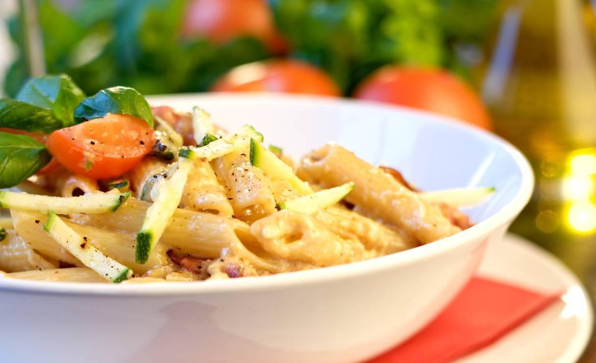 Penne alla crema di zucchine con pomodorini e pancetta - ricettasprint