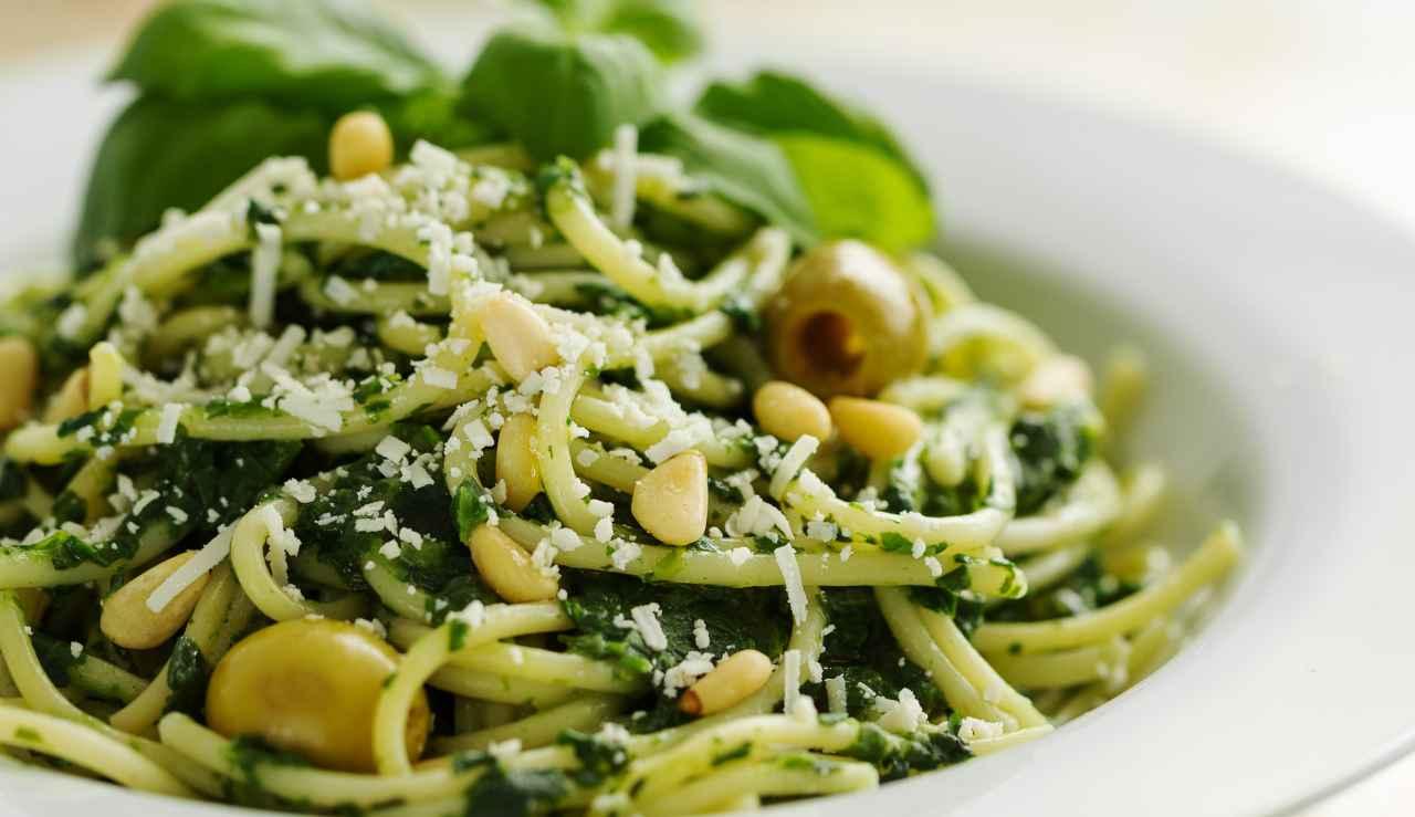 Spaghetti con crema di spinaci olive e pinoli - ricettasprint