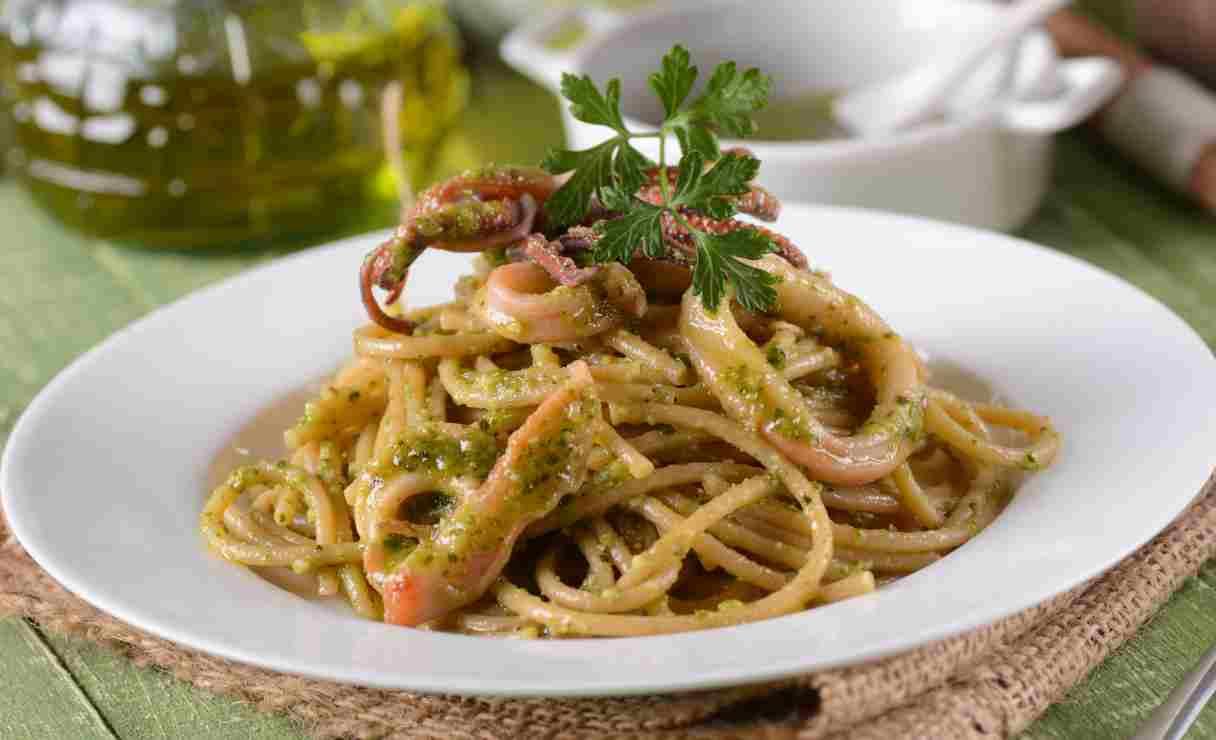Spaghetti con pesto facile di basilico e calamari - ricettasprint