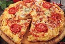 Pizza di spaghetti al pomodoro e mozzarella